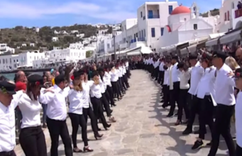 "Impressive Group Dance ""Hasapiko"" Amazes Residents and Tourists on Mykonos (video)"