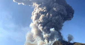 Tourists in Italy flee as volcano erupts (photos)